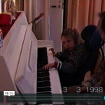 Tove vid pianot